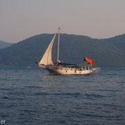 Nur selten kommt ein Ausflugsboot aus Marmaris vorbei