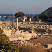 Blick über die Agora auf den Kriegshafen von Knidos