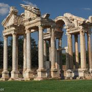 Tetrapylon - gigantisches Eingangstor zum Aphrodite-Hain