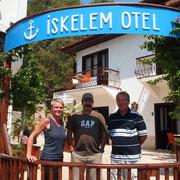 """Die drei vom """"Iskelem"""" - Gast Michaela, Receptionist Sebastian und Manager Murat"""