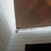 Befestigung: Schäkel & Augmutter; Edelstahldrahtseil an der Hausfront per Wantenspanner gespannt