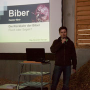 Mag. Alexander Maringer informiert über Biologie und Management des Bibers. Foto: Alexander Schneider