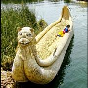 Uros Kind auf einem schmucken Schilfboot