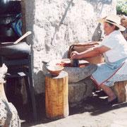 """Köchen mit ihrem Riesenmörser in einer """"Picanteria"""" in Arequipa"""