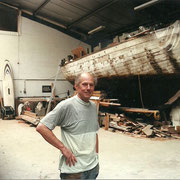 After replacing some planks in the hull we rented a place inside a shipyard to replace the deck.