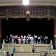 エルミタージュ劇場の舞台上 デモンストレーションで生けた花を見る人々