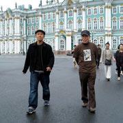 エルミタージュ美術館から出て宮殿広場を歩いているところ