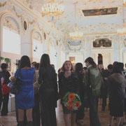 劇場と美術館の間をつなぐ大きな部屋が会場となった