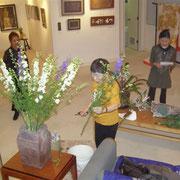 個展会場に花を飾る