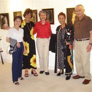 画廊オーナのMikoさん(右から2人目)と往年の女優杉葉子さん(左から2人目)