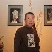エルミタージュ美術館にて自身の仏画の前で