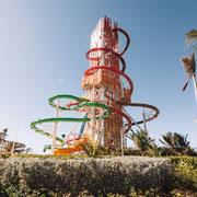 Der Daredevil's Tower mit Rutschbahnen