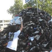 La pyramide de chaussure monte...