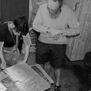 """2009 (boulot) - Marie travaille sur les dessins de Maurice Pommier pour expliquer le Moulin de Kériolet. Dans quelques mois elle raccrochera la casquette """"muséographie"""" pour répondre à la demande en randonnée accompagnée."""