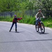 Inline-Skaten und Radeln