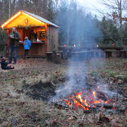 Kinder freuen sich über das Lagerfeuer. Harzer Tanne
