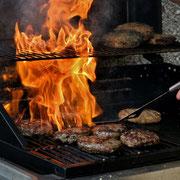 Wild-Burger und Wild-Bratwürste vom Grill. Harzer Tanne
