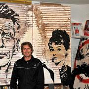 Im Atelier mit Kunstwerken