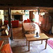 Au rez-de-chaussée: bar, cheminée, piano, télévision...
