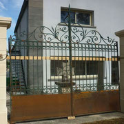 portail ancien fer forgé, piliers en pierre