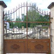 portail ancien fer forgé, piliers en pierre naturelle