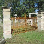 Portail ancien fer forgé (n°4)   315L x 150/186HT   Piliers pierre et brique section 46 x 46 x 220HT finis