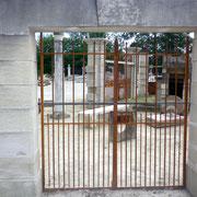 portail ancien fer forgé et piliers en pierre massive