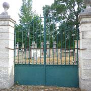 portail ancien fer forgé, piliers en pierre n° 17