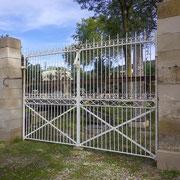 portail ancien fer forgé, piliers en pierre et brique