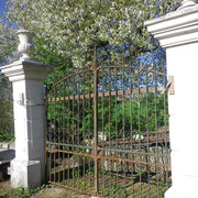 portail ancien fer forgé avec piliers en pierre