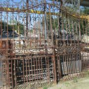 Portail ancien (n° 47)     300cm de large x 265cm de haut