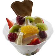 Früchte-Becher: Vanille-Softeis mit frischen Früchten der Saison