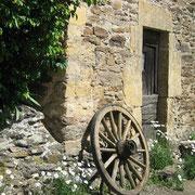 Vieille roue et vieilles pierres