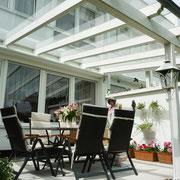 Terrassendächer schützen Pflanzen und Möbel