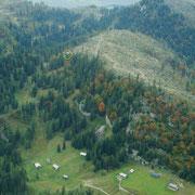 Blick auf die vordere Sandlingalm; im gelben Kreis die Lambacherhütte