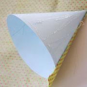 Jetzt die Pappe mit Klebe beschmieren und den Stoff auf die Pappe kleben. Darauf achten, dass besonders die Kanten gut verklebt sind.