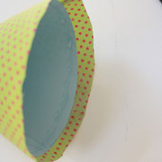 """Den unten überstehenden Stoff quer ca. alle 2cm etwas einschneiden, damit ihr den Stoff """"faltenfrei"""" nach innen umklappen und kleben könnt."""
