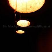 Baumstamm Hängeleuchten mit rötlichem Licht