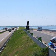 A l'extrémité, la statue de Cornelis Lely, initiateur du projet