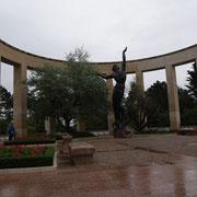 Le Mémorial et l'immense statue tournée vers les 9387 tombes