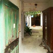 der Eingang zum Innenhof noch ganz verwittert