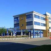Eingang zum Zahnarzt Bernau im FORUM (markiert) - Klimatisierte, barrierefreie Räume im 2. OG (Aufzug vorhanden)