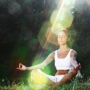 Das einnehmen eines Sita Mudra regt den Energiefluss im Körper an. Licht fliesst durch alle Körperzellen. Das eigene Energiefeld wird ruhiger und geht wieder in seine Ausdehnung