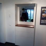 Flurgestaltung mit 3 Einbauschränken, Hochglanz weiß, beleuchteter Spiegel, 3 Schubkästen, Nußbaumboard