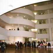 フランク・ロイド・ライト設計 グッケンハイム美術館スロープ 質感が柔らかかった