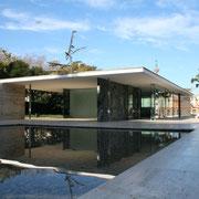 巨匠建築家・ミース・ファンデル・ローエ設計のバルセロナ・パビリオン 薄いフラット屋根スラブが水平に浮く