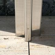 バルセロナ・パビリオンのクロームメッキ柱 床の大理石の目地にビダッと合っている