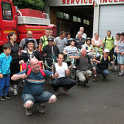 Photo de groupe avant le départ devant le poste d'incendie de Chailland.