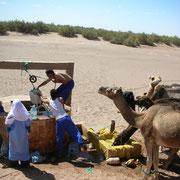 Alle paar Tage trifft man auf Ziehbrunnen. Hier werden die Tiere getränkt. Aber es ist auch möglich mal eine Dusche zu nehmen.