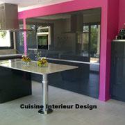 cuisine design avec ilot et mur d'armoires laquées et sans poignées par Cuisine interieur design Toulouse